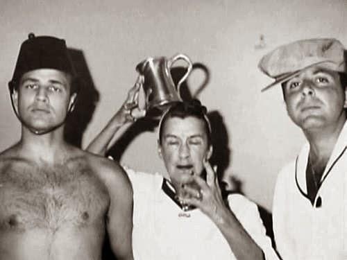 Marlon Brando, Bea Lillie y Stewart Stern, en una fiesta en Topanga Canyon.