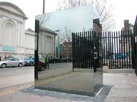 倫敦街頭的透明廁所