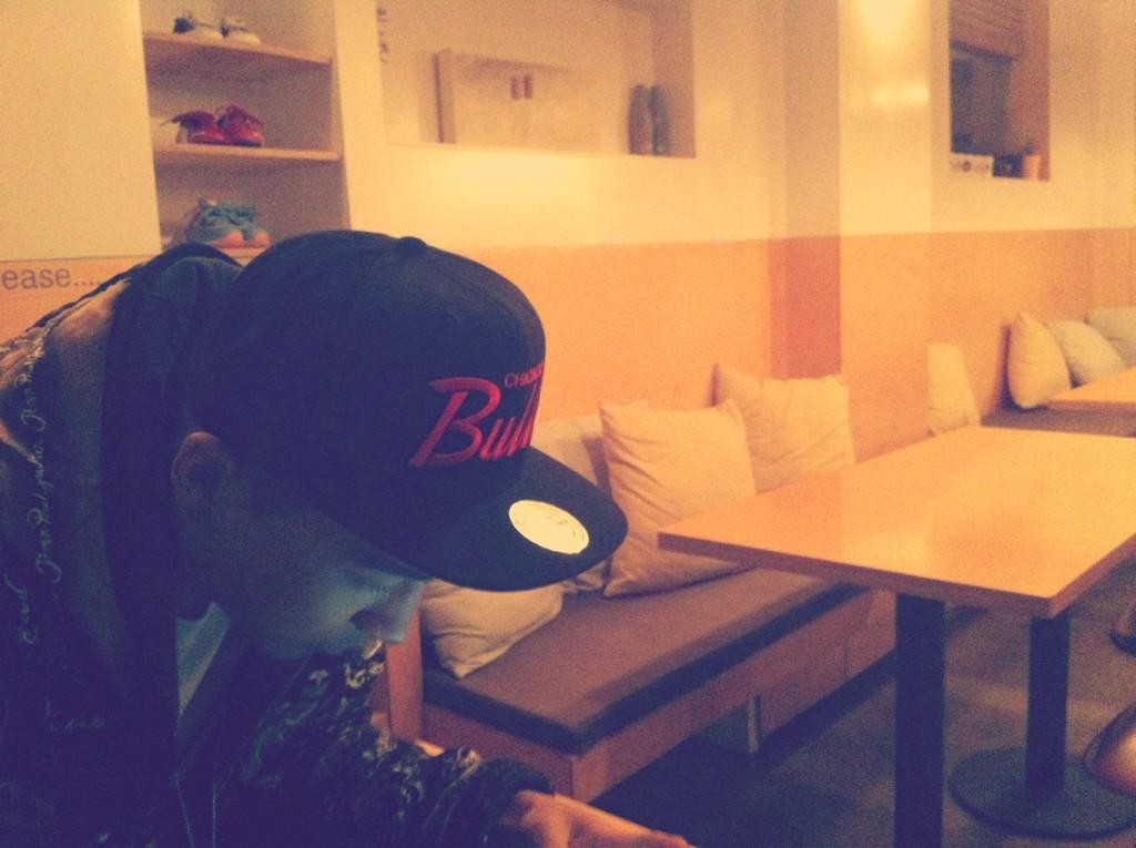 Τwitter update Tae+friend+pic