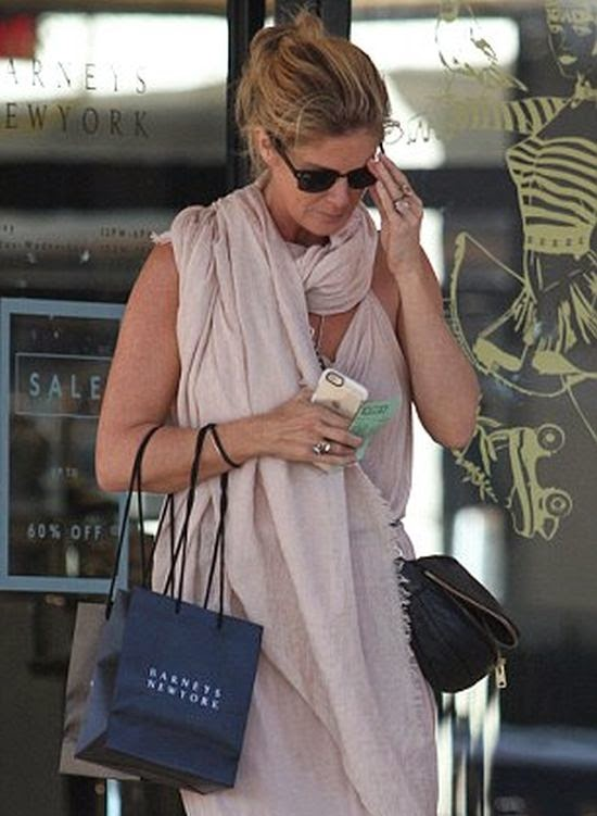 In summer style, Rachel Hunter is seen enjoying her bonding time at the street in Beverly Hills, CA, USA on Tuesday, December 23, 2014.