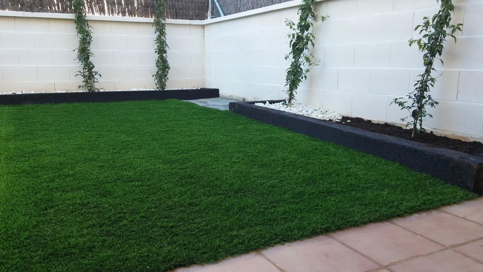 Dos hermanas zona factory instalaciones de c sped for Murales para patios y jardines