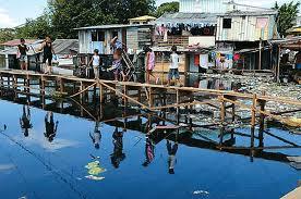 Manaus:Favela Igarapé, esgoto, lixo são lançados sobre os rios, cuja água também é usada para banho
