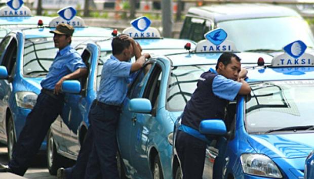 gambar supir taksi blue bird