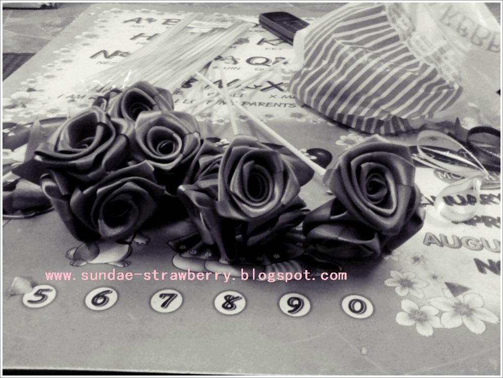 Bunga ros dari riben besar