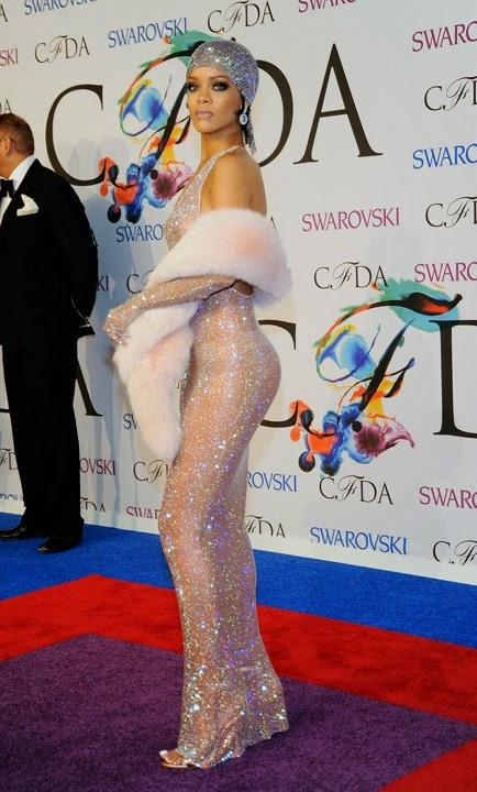 Gaun Transparan Rihanna