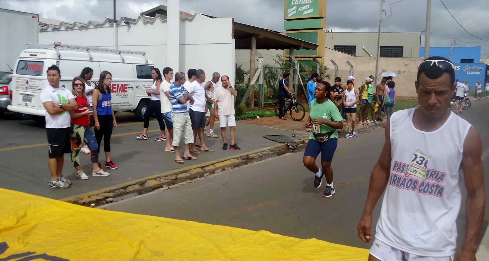 Foto 168 da 1ª Corrida Av. dos Coqueiros em Barretos-SP 14/04/2013 – Atletas cruzando a linha de chegada