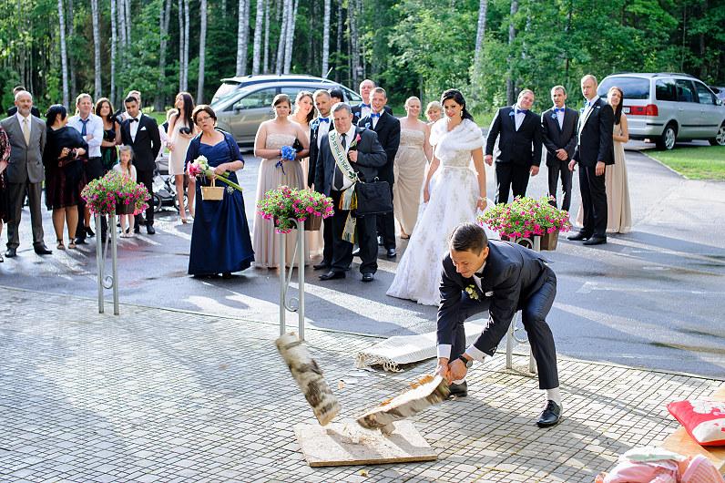 Vestuviniai papročiai: malkos skaldimas