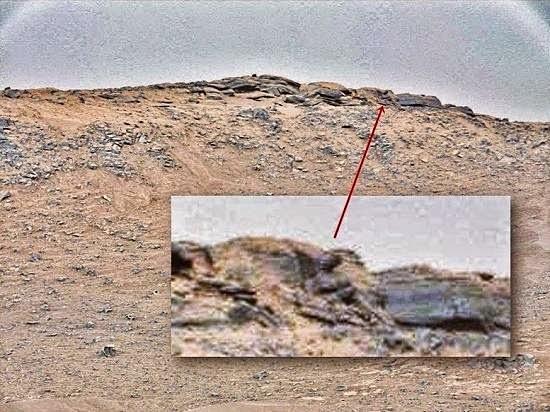 estatua humanoide en Marte