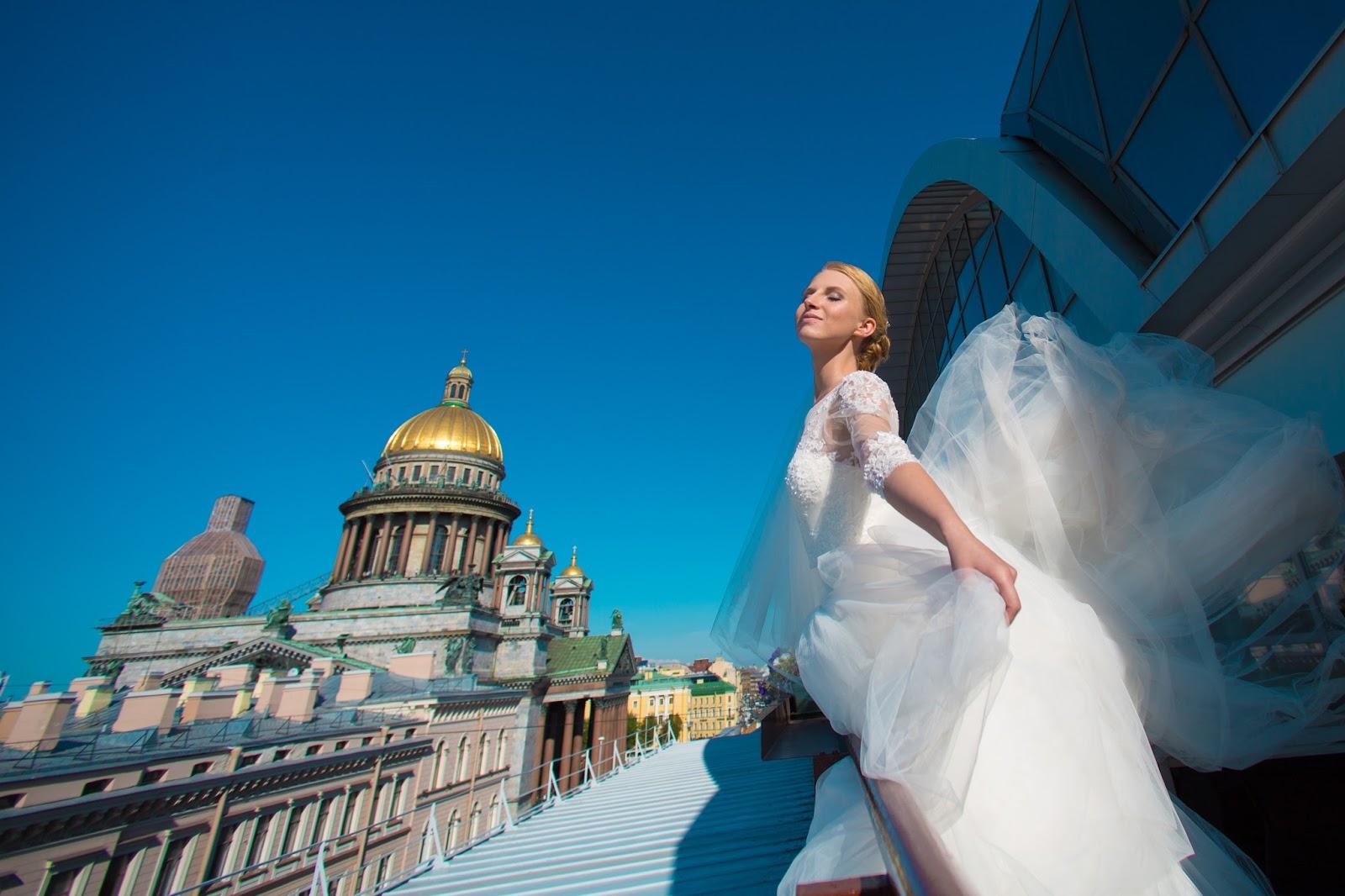 невеста и парящее по ветру платье