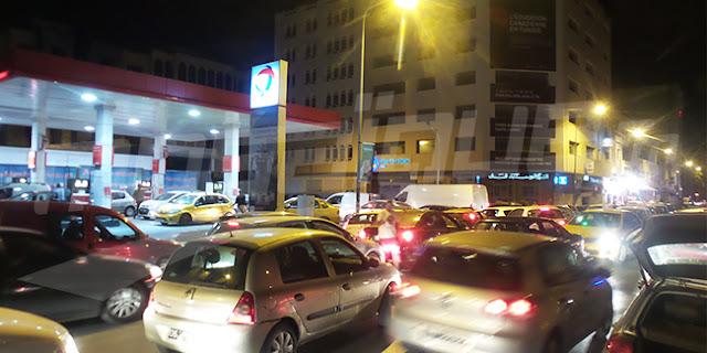 عاجل : اكتظاظ كثيف بمحطات البنزين بعد الاعلان عن اضراب سواق نقل البضائع والمحروقات