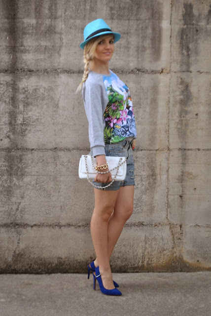 outfit shorts in jeans outfit shorts in denim mariafelicia magno ripped denim shorts come abbinare gli shorts di jeans mariafelicia magno fashion blogger colorblock by felym abbinamenti shorts di jeans how to wear denim ripped shorts outfit shorts e tacchi scarpe blu abbinamenti scarpe blu blue heels how to wear blue heels fashion bloggers italy blondie girls