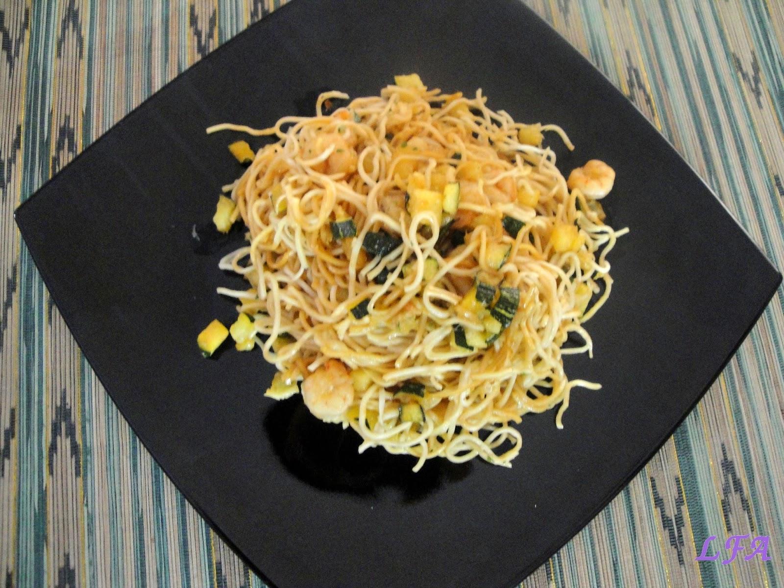 Noodles con gambas y calabacin