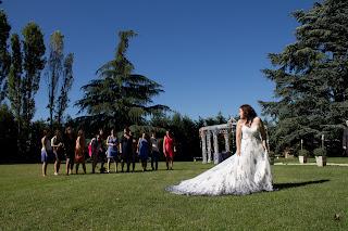 abito da sposa lancio del bouquet