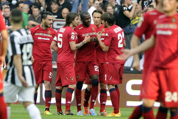 Víctor Ibarbo celebrates with Cagliari teammates after scoring a goal against Juventus