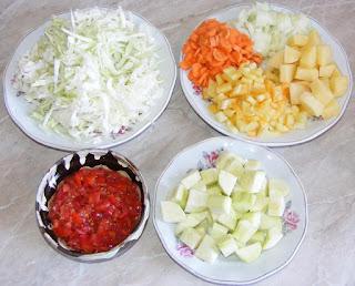 legume proaspete taiate pentru prepararea ciorbei de varza de post, retete cu legume, preparate din legume, retete culinare, retete de mancare,