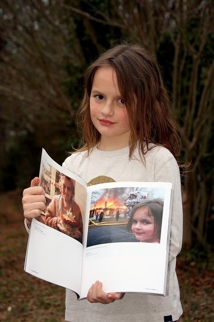 la niña del meme de la casa quemandose