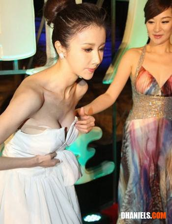 Baju Artis China Melorot Saat Pose di Karpet Merah