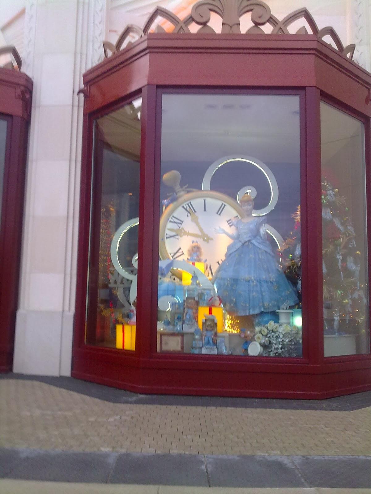 Les parcs d 39 attractions photos vitrines boutiques disneyland paris - Vitrine des 12 coups de midi ...