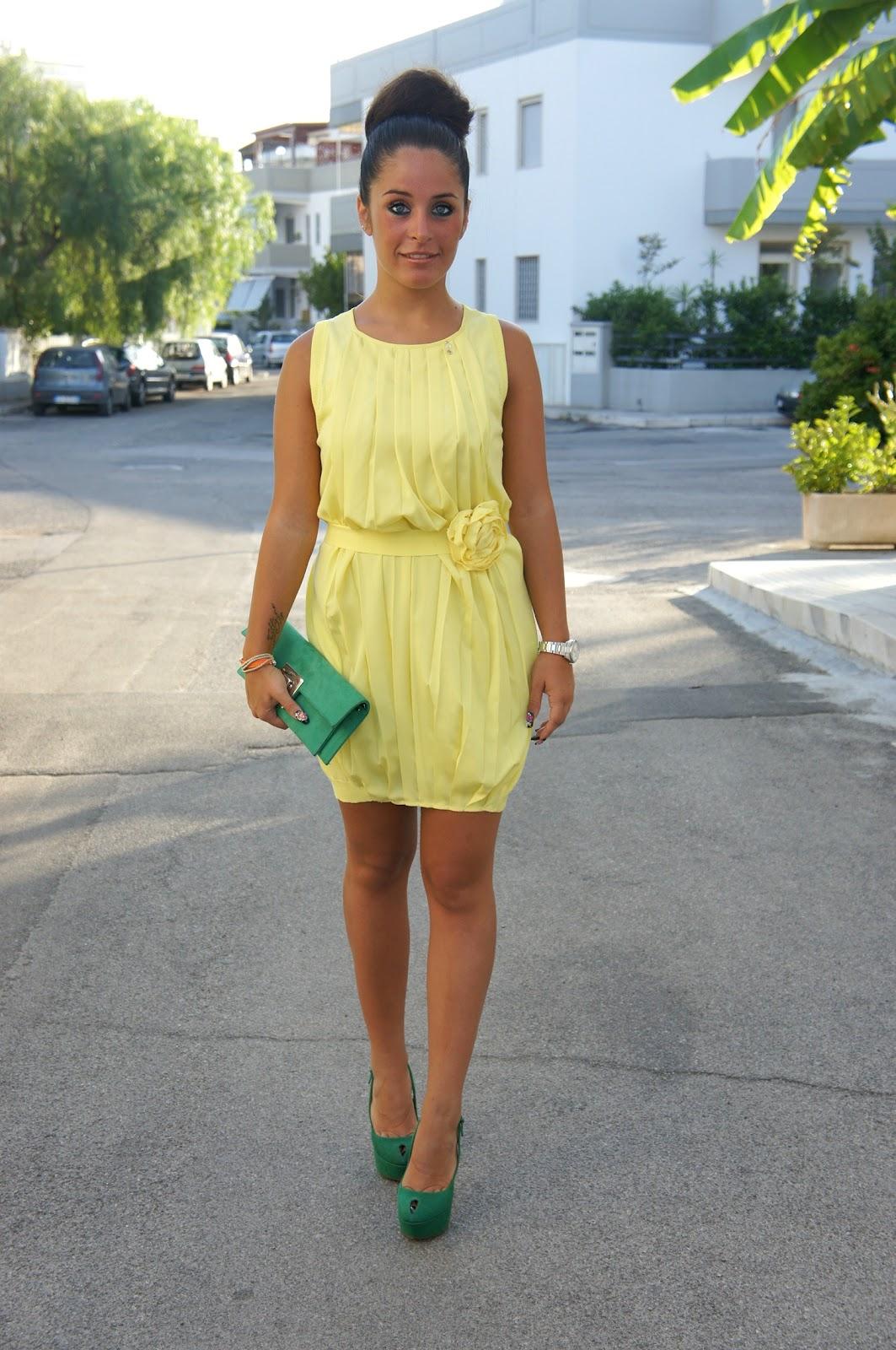 Vestito viola scarpe gialle