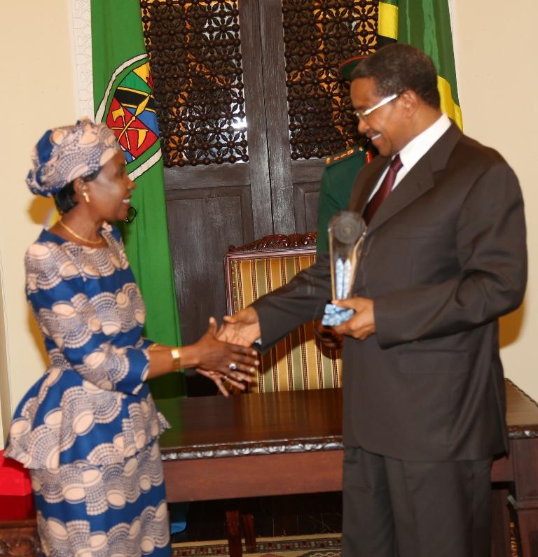 """Waziri wa Katiba na Sheria Dkt.Asha Rose Migiro akimkabidhi Rais Dkt.Jakaya Mrisho Kikwete Tuzo maalum ya """"Africa Achiever's Award in The Category of Good governance in Africa,"""" wakati wa hafla fupi iliyofanyika ikulu jijini Dar es Salaam leo.Dkt.Migiro alimwakilisha Rais Kikwete katika hafla ya kutunukiwa Tuzo hiyo huko Afrika ya Kusini hivi karibuni."""