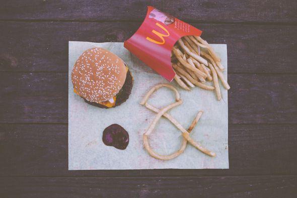 Emily Blincoe fotografia divertida isso e aquilo e comercial ampersand Hamburger e batata frita