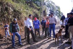 Unidos, Ayuntamiento, diputado y vecinos, reparan una calle en la colonia Plan de Ayala