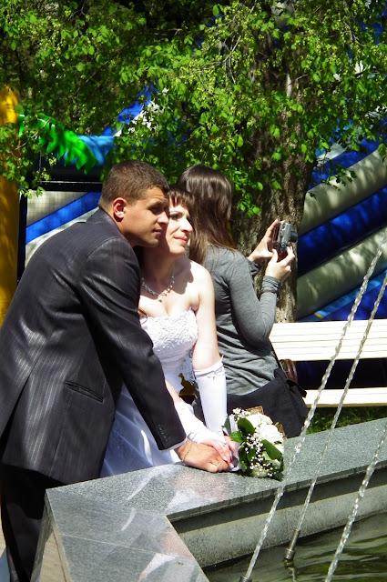 Свадебное фото - жених с невестой у фонтана