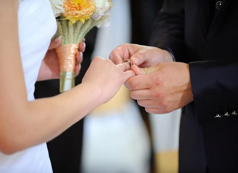 vestuvinis žiedas maunamas per ceremoniją bažnyčioje