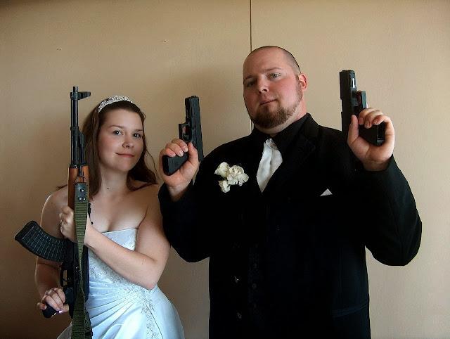 жених и невеста со стволами
