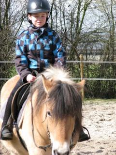 Casper is dol op paardrijden