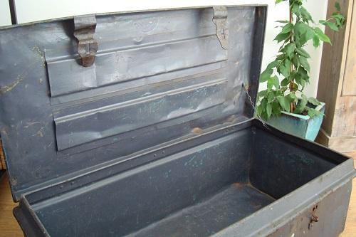 maletas baules antiguos metalicos para decoración estilo vintage