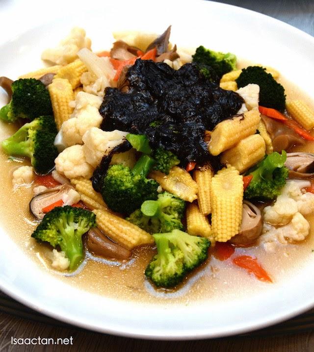Braised Mushroom with Mustard Green in Black Moss Sauce