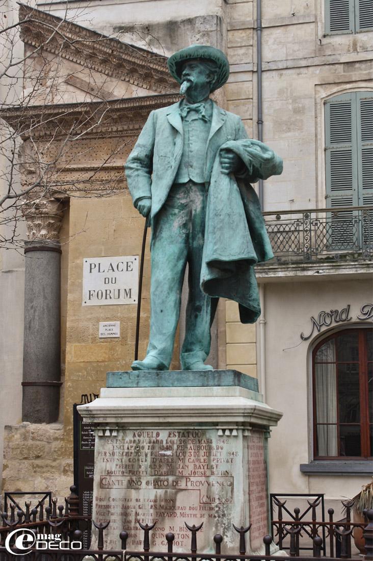 Statue de l'écrivain Frédéric Mistral édifiée sur la Place du Forum à Arles