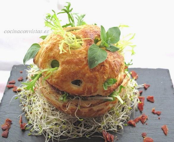Ensalada de trigo tierno, queso feta, tomate seco, brotes verdes y crujiente de jamón.
