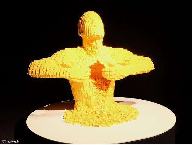 Yellow, Ouverture de soi sur le monde bonhomme jaune ventre potrine ouverte by Nathan Sawaya expo The Art Of Brick Porte de Versaille Paris