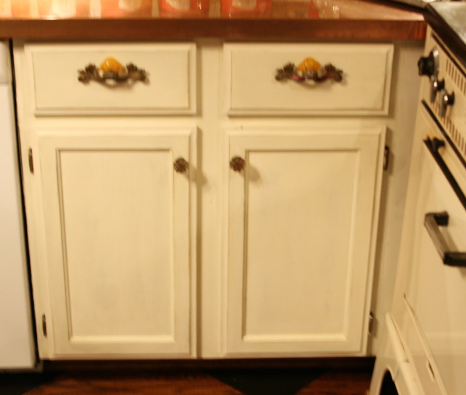 Chalk paint kitchen cabinets lady butterbug for Chalk paint kitchen cabinets