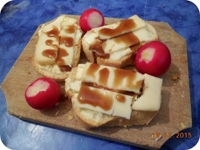 paine cu unt, branza maturata si sos de rodii