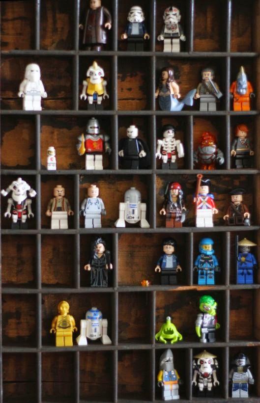 estantería con huecos para figuras de lego