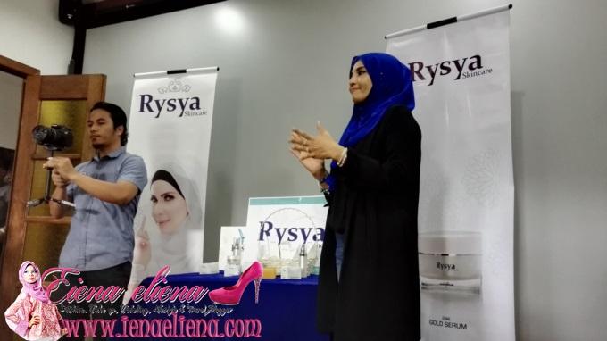 Puan Noorazlina, pengasas produk Rysya Skincare sedang memberi penerangan mengenai produk rysya skincare