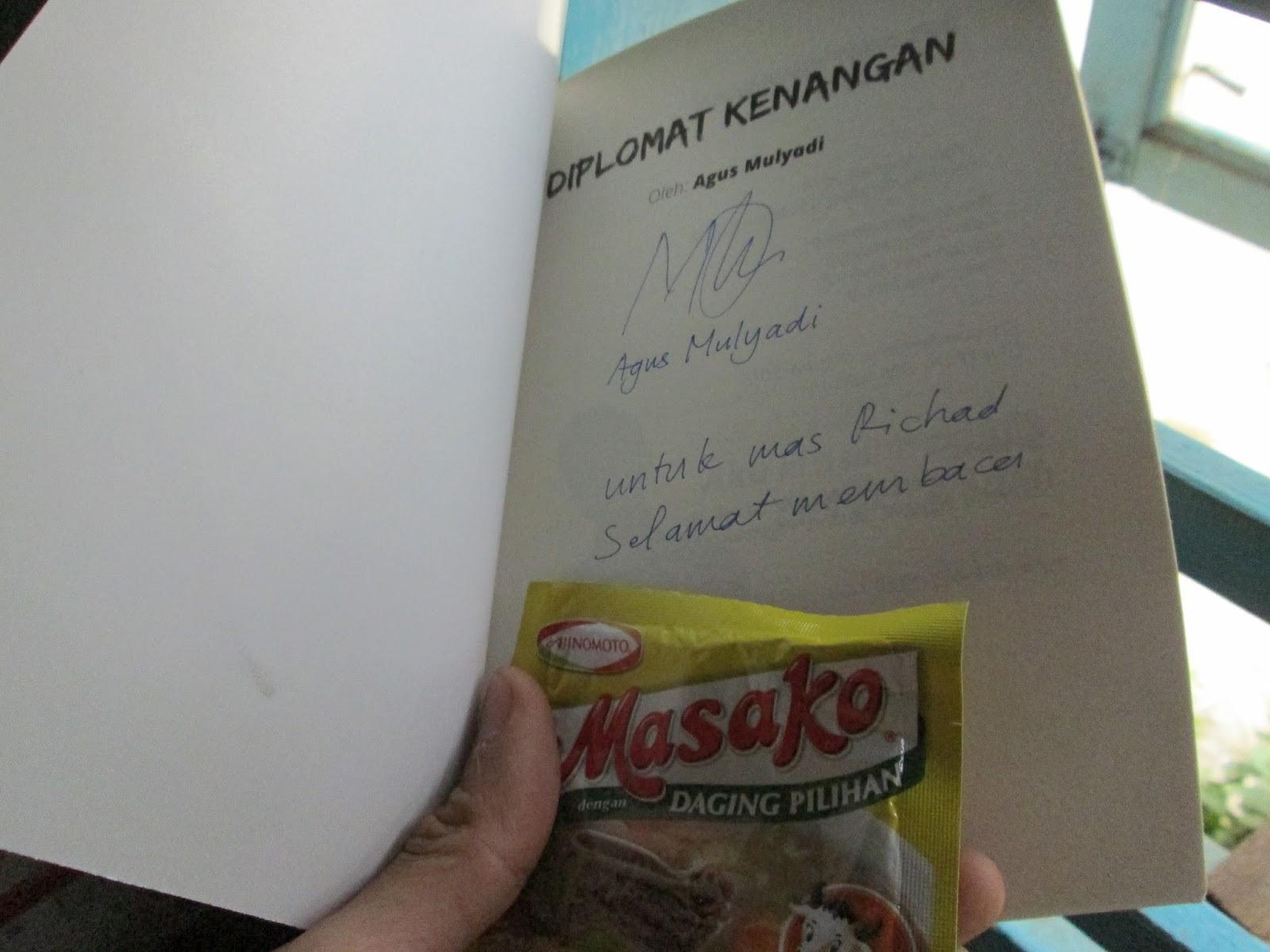 Tanda tangan dari Agus Mulyadi di buku Diplomat Kenangan