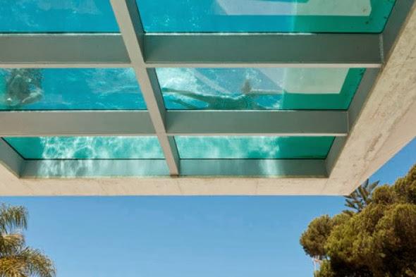 Arquitectura con eficiencia piscina con suelo de cristal - Piscina de cristal ...