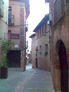 Calle Pedro Arnal Cavero en Alquézar (Somontano, Huesca, Aragón, España)