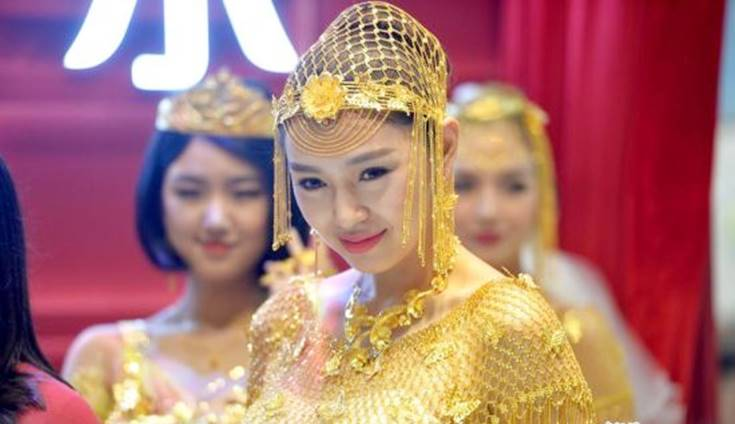 cewek cantik pakai gaun pengantin emas