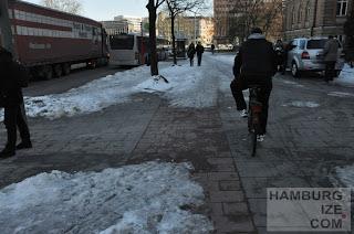 """Fake-Winterdienst: """"Geräumter Radweg"""" Veloroute 1 Sievekingplatz"""