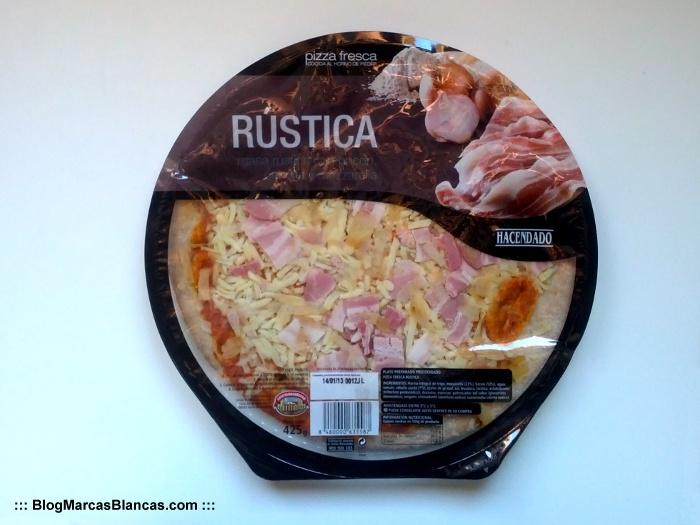 Pizza rústica Hacendado de Mercadona con harina integral, bacon y cebolla.