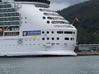 船尾には船籍バハマ国旗が見えた。