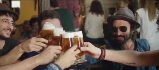 gente brindando con cerveza