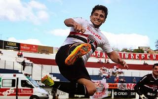 Aloísio comemora um de seus três gols.