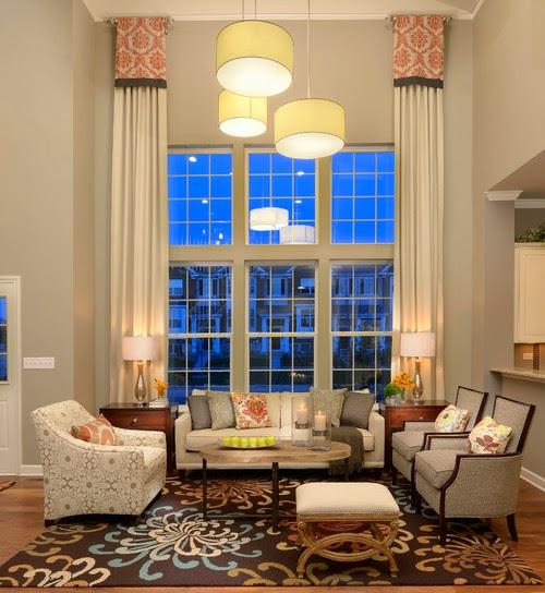 Ruang tamu modern dengan gorden tinggi vertikal lurus ke bawah