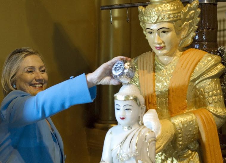 Pani Clinton 'chrzci' dzieciatko Buddhe podczas wizyty w Burmie (Myanmar)